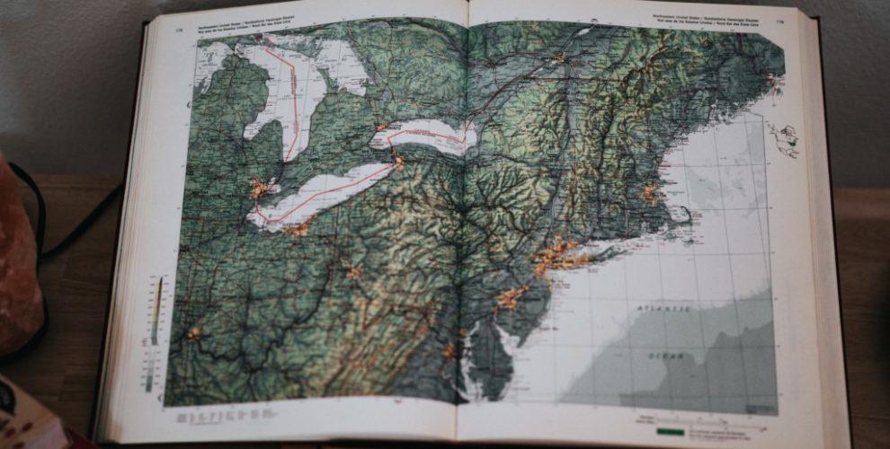 aufgeschlagener erdkundeatlas mit landkarte